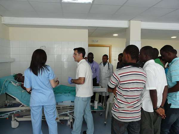 Dr. Javier Maynar and nurse Nagore Martínez, giving part of the training course at the ICU area